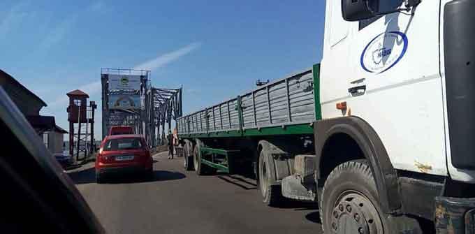 Затор на черкаському мості викликала вантажівка компанії друзів губернатора Ткаченка (відео)