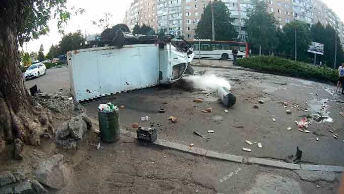 У Черкасах в результаті ДТП ледь не вибухнула «Газель» (фото, відео)