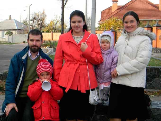 «Ми вчимо дітей вчитися», – як черкаська родина знайшла альтернативу шкільній освіті