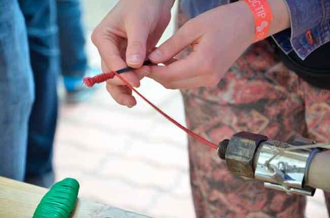 Дівчина пояснила, що машину із переробки пластику вони зробили за аналогом проекту майстерні «Precious Plastic» датського дизайнера Дейва Хакенса, який вигадав, як це робити в домашніх умовах. Датчанин не патентував проект, бо зацікавлений у розвитку роботи зі збереження екології. Тож його розробками і скористалися черкащани