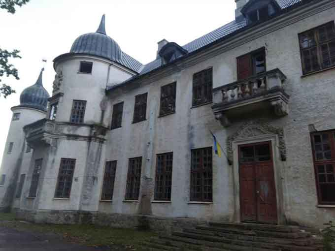 В Тальному розвалюється замок Шувалова (фото)