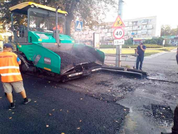 Від Припортової до Лазарєва на бульварі Шевченка дорожники завершили укладати ЩМА (фото)