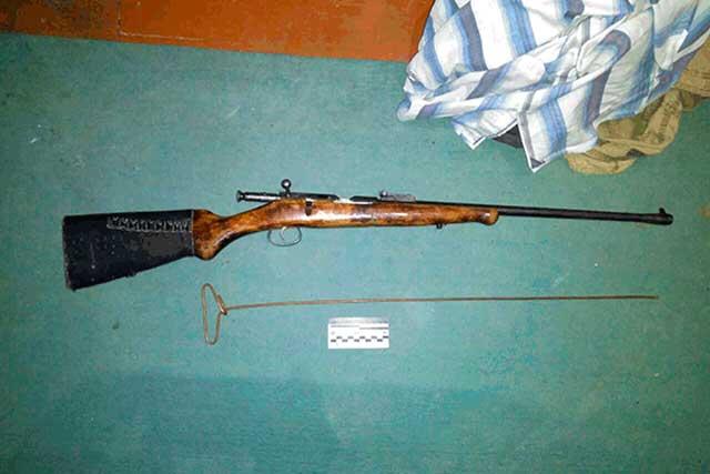 На Тальнівщині правоохоронці вилучили у чоловіка незареєстровану гвинтівку та наркотики (фото)