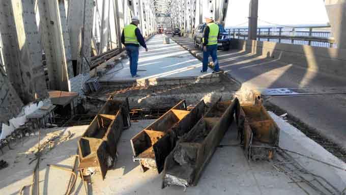 На мосту через Дніпро розпочали монтувати деформаційні шви
