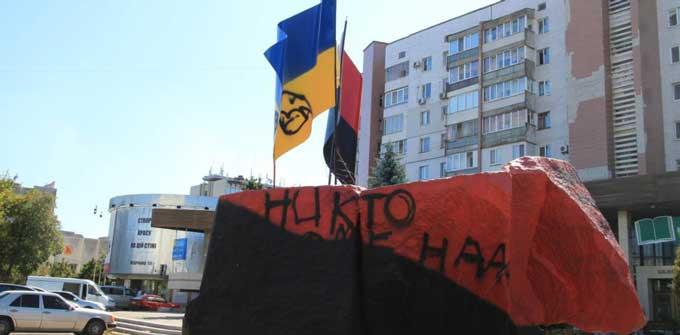 У середмісті Черкасах вкотре спаплюжено пам'ятник Бандері та Шухевичу (відео)