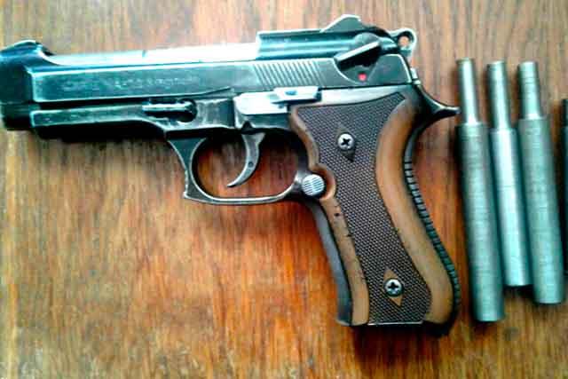 В Каневі поліцейські виявили у місцевого жителя зброю та наркотики (фото, відео)