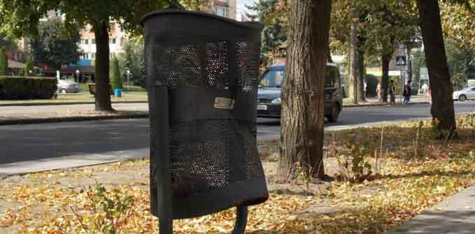 У Черкасах на бульварі Шевченка вандали розтрощили урни для сміття (відео)