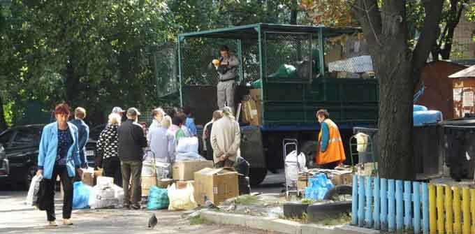 Літні мешканці багатоповерхівок у центрі Черкас здають майно на макулатуру та металобрухт