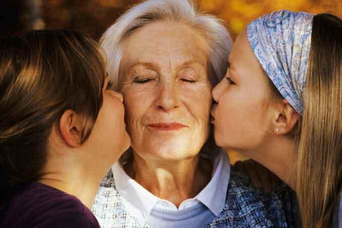 96 канівських довгожителів отримали подарунки до Дня людей похилого віку
