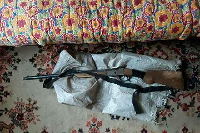 Поліцейські Канівщини у місцевого жителя виявили рушницю (фото)