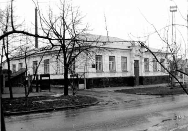 110 років тому, під осінь 1907-го, вправні черкаські мулярі і краснодеревщики здали власнику ошатний будиночок, який став окрасою першої від Дніпра горішньої вулиці міста з відповідною назвою Верхня Горова