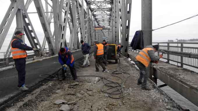 На мосту через Дніпро розпочалися роботи з армування лівого проїзду