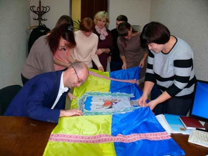 Казначеї шиють найбільший прапор України (фото)