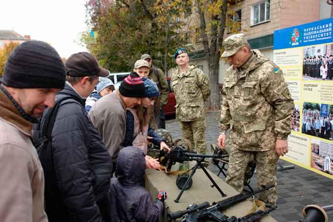 Кафедра військової підготовки ЧНУ продемонструвала бойове спорядження у центрі Черкас (фото)