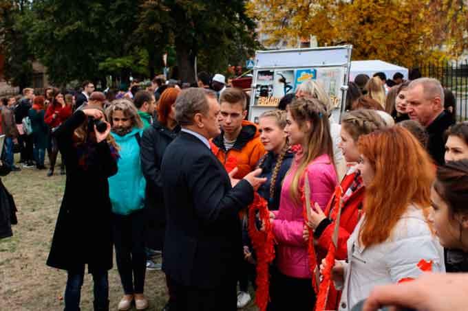 «Першачків» ЧНУ посвятили у студенти: візитівки, танцювальний марафон і козацький куліш