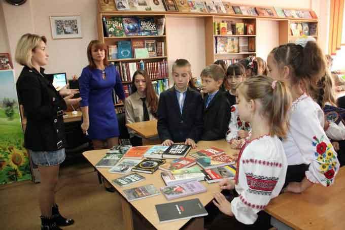 Бібліотека гімназії № 9 поповнилася набором книг про АТО