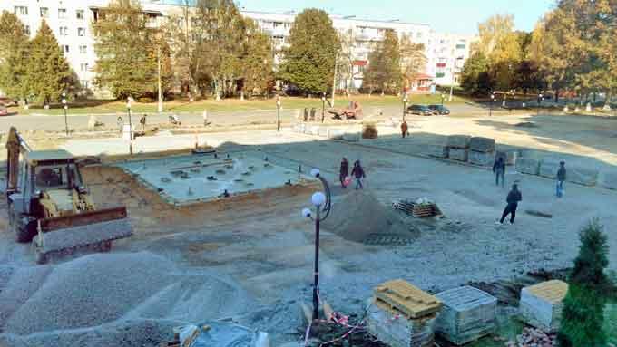 У Монастирищі продовжується реконструкція площі