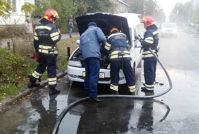 У Черкасах рятувальники ліквідували пожежу автомобіля (відео)