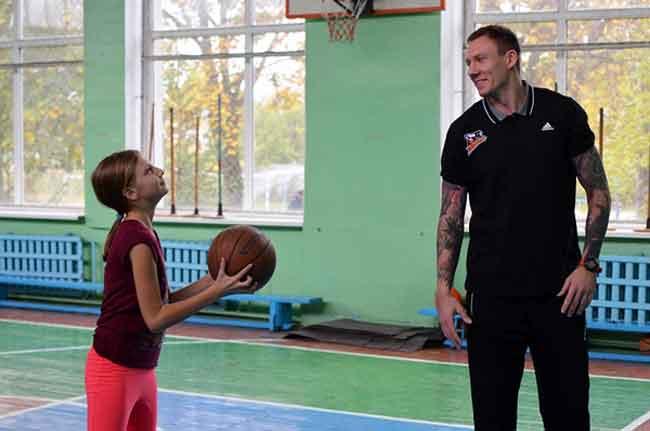 Баскетболісти «Черкаських Мавп» провели майстер-клас у Першій гімназії (відео)