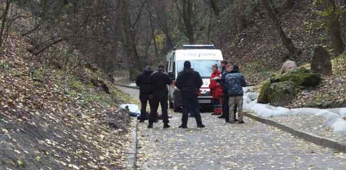 Молодий чоловік віком близько 30 років зістрибнув з мосту Кохання у парку Сосновий Бір. Це сталося у понеділок 13 листопада близько опівдня.