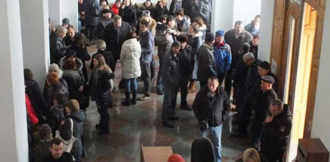 Енергетики увірвалися в приміщення Черкаської ОДА (відео)