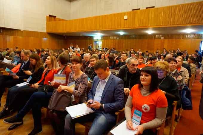 Форум зібрав близько 300 представників громадських організацій та ініціатив з різних куточків України. Вони отримали можливість дізнатись про ефективні практики співпраці неурядових організацій, влади та бізнесу, почути про корисний досвід такої співпраці та можливості втілювати власні проекти завдяки такому партнерству.