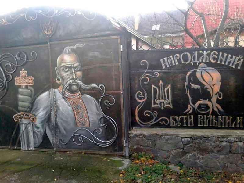 Обійстя коваля у Смілі на Черкащині охороняють мальовані козаки й вовки (фото)