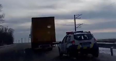 Поліція почала зупиняти вантажівки на Черкаській дамбі (відео)