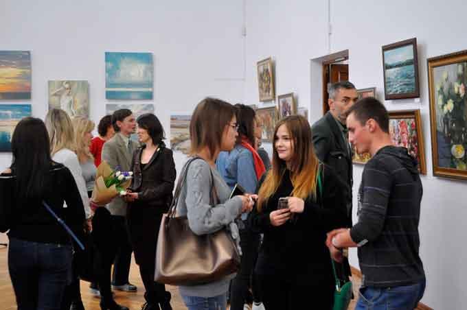 На виставці представлено близько 60 робіт, у яких художник демонструє поєднання життєвого досвіду, внутрішньої гармонії та спокою із різнобарв'ям кольорів на полотні – звідси й назва виставки «Кольори-вальори».