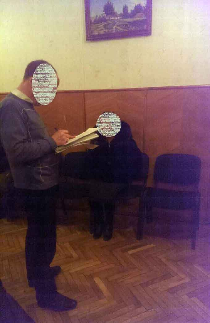 На Черкащині затримано жінку під час спроби передати працівнику поліції 500 доларів (фото)