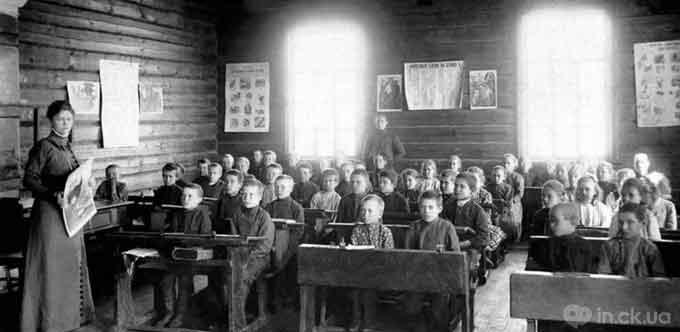 Учителювали в народних школах переважно жінки