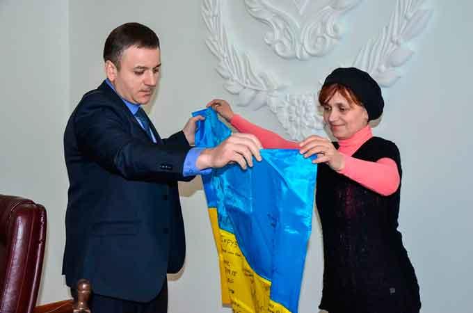 УДПУ імені Павла Тичини отримав від бійців АТО цінний подарунок – прапор із передової