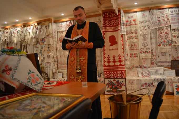 У ЧНУ отець Андрій Шиманович освятив Музей українського рушника