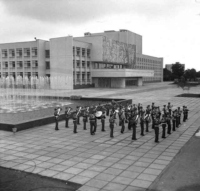 Після Центральної, двох Привокзальних та Театральної вона стала першою з фонтаном, та й загалом – першою осмислено сформованою для відпочинку. У 1979 – 1995 роках це Площа «Дружба народів».
