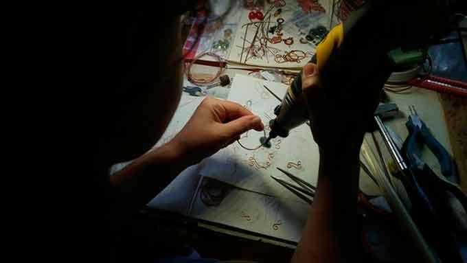 Від метеликів до драконів: черкащанка плете унікальні прикраси з мідного дроту (фото)