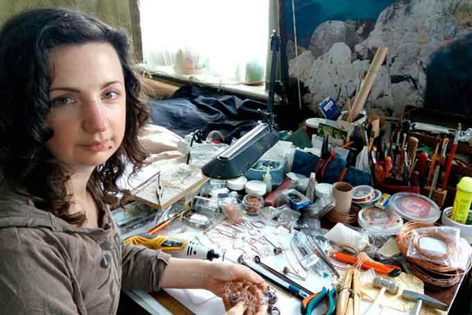 28-річна Ольга Мрига виконує оригінальні дрібнички з міді в техніці «wirewrap» або інакше – крутіння дроту, яка зустрічається в сучасному світі дуже рідко