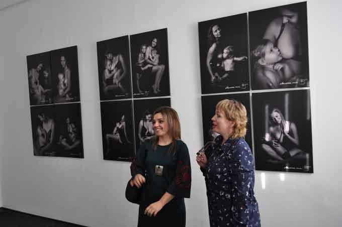 16 жінок, що годують дитину, сфотографувались для проекту «Мамина Сила»