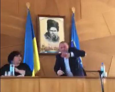 Голову Монастирищенської районної ради закидали яйцями бійці АТО (відео)
