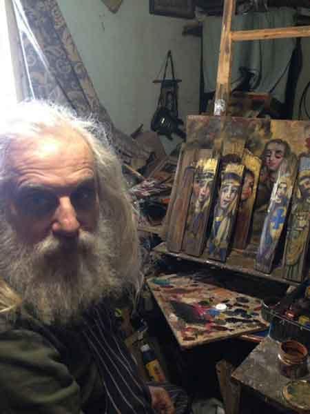 Іконописець Лев Скоп у своїй майстерні