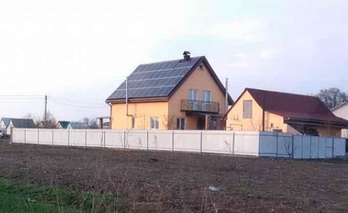 38-річний Сергій із Руської Поляни торік у серпні встановив сонячну електростанцію потужністю 10 кВт. Відтоді за спожиту електроенергію не сплачує, а надлишок продає державі за зеленим тарифом.