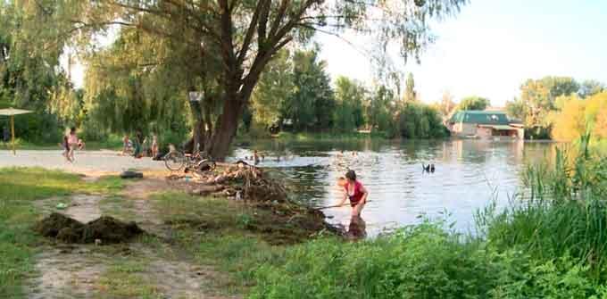 Волонтери очищують Графське озеро у Смілі (відео)