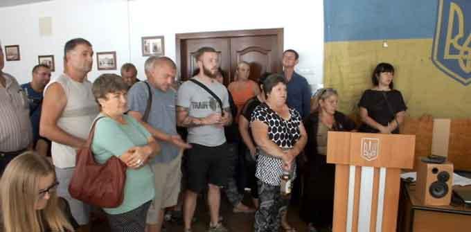 Черкаські базарники заблокували членів виконкому в залі засідань (відео)