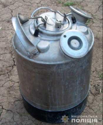В Умані крадій розбив скло в автомобілі та викрав бачок для пива