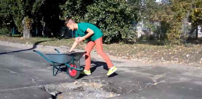 «Відремонтуй вулицю»: юний черкасець започаткував дорожній флешмоб (відео)