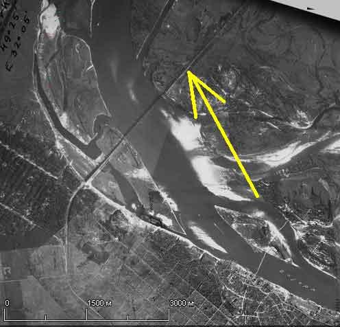 На німецькому аерофотознімку 1943 року вже зафіксована черкаська дамба (вона позначена жовтою стрілкою)