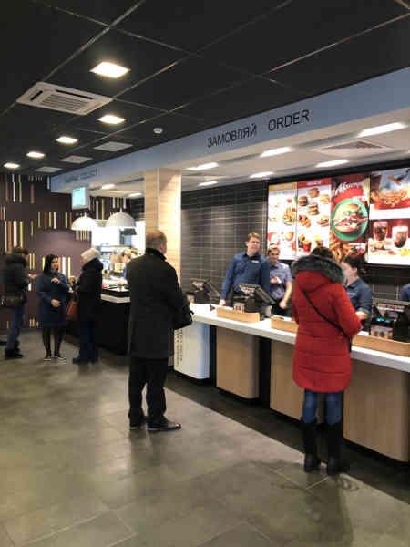 Компания МакДональдз завершила реконструкцию в ресторане МакДональдз в Черкассах по адресу: ул. Смелянская, 31. Теперь заведение работает в новом формате и предлагает посетителям опыт будущего. Это уже второй МакДональдз в городе нового формата.