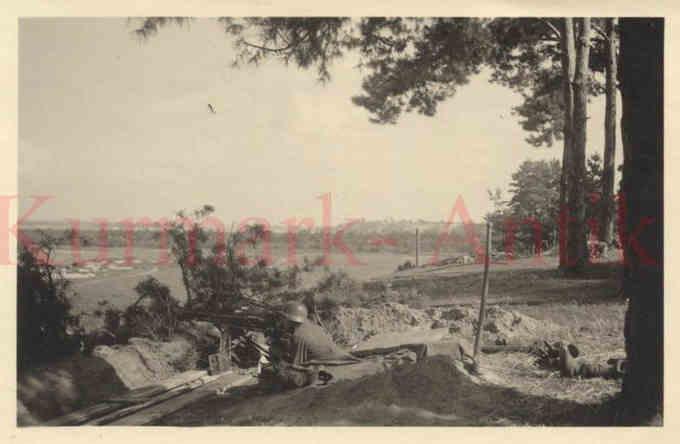 Німецький кулеметник на схилі Дніпра у Соснівці, 1941 р. [1] (за задньому плані видно дамбу, а за нею – Черкаси)
