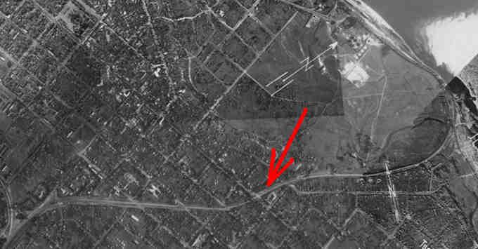 стара залізниця від станції Черкаси до пристані значною мірою будувалася вздовж колишнього русла Чорного яру (залізниця позначена червоною стрілкою на німецькому аерофотознімку 1943 року)