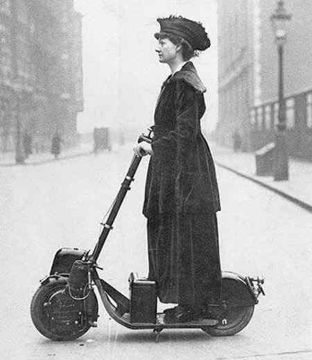 Дівчина на електросамокаті, 1916 рік