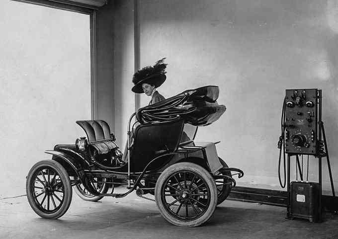 Електромобіль на станції підзарядки, 1912 рік